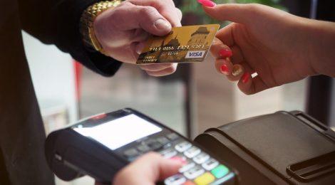 Person bruger penge fra betalingskort